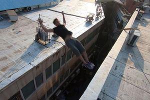 'Giỡn mặt tử thần', chàng trai Iran nhào lộn trên các nóc nhà cao tầng