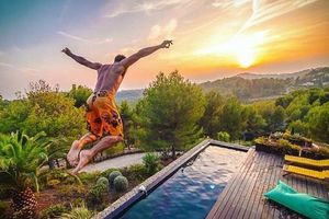Biệt thự sang chảnh nước Pháp hút khách với hồ bơi bể cá khổng lồ