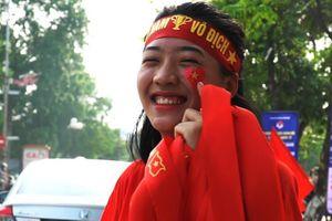 Sinh viên vừa bán vừa tặng băng rôn cổ vũ U23 Việt Nam