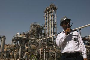 Mỹ trừng phạt 'người khổng lồ' hóa dầu của Iran