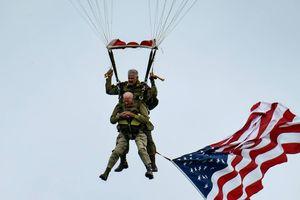 Cựu binh hơn 90 tuổi nhảy dù xuống Normandy