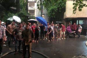 Hà Nội: Người dân hoảng loạn khi ngôi nhà bốc cháy giữa cơn giông