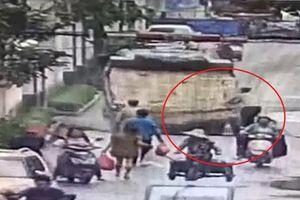 Hố tử thần đột ngột xuất hiện 'nuốt chửng' xe tải ở Trung Quốc
