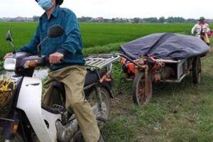 Ở xã nông thôn mới: Rác vứt chất đống cao như núi, hôi thối nồng nặc