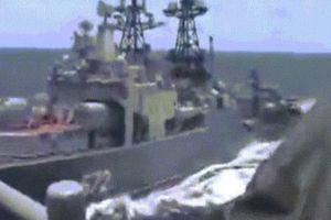 Khoảnh khắc tàu khu trục Nga và tàu tên lửa Mỹ suýt đâm nhau đầy nguy hiểm