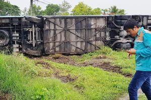Xe khách lật ven Quốc lộ 1, hành khách đập cửa thoát nạn