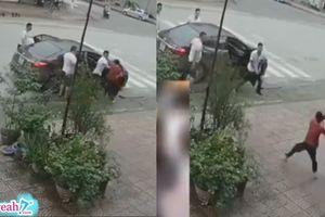 Con trai nợ ngập đầu để mẹ già một mình 'solo' đánh nhau với 4 thanh niên đòi nợ