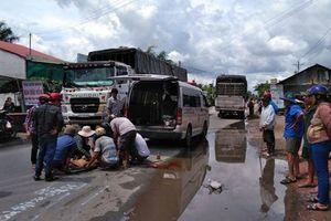 Va chạm với xe tải, cả gia đình gặp nạn khi đi nhận quà từ thiện về