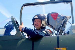 Cơ trưởng mê vẽ truyện tranh, viết sách nghiên cứu về không chiến