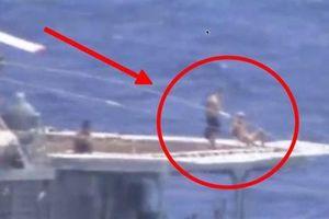 Thủy thủ tắm nắng khi tàu Nga-Mỹ chạm trán: Ai khiêu khích?