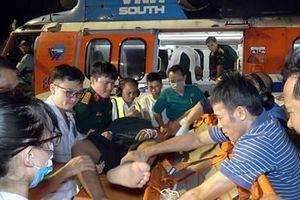 Đưa hai ngư dân gặp nạn từ huyện đảo Trường Sa vào đất liền điều trị