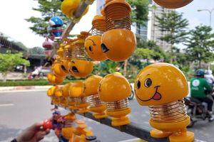 'Hái' ra tiền triệu mỗi ngày nhờ bán mặt cười lò xo trên vỉa hè