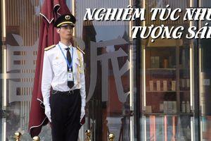 'Diễn' quá đạt, nhân viên bảo vệ Trung Quốc bất động như tượng sáp