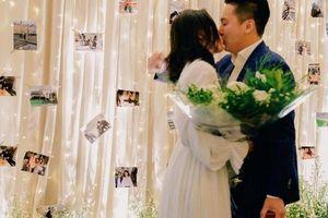 Được cầu hôn, Liêu Hà Trinh không ngần ngại hôn bạn trai trước mặt bạn bè
