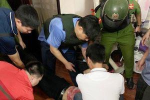 Nghẹt thở giải cứu nữ chủ tiệm cầm đồ bị khống chế bằng dao và 'bẫy điện'