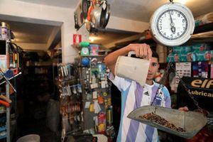 Tiền mất giá, người Venezuela đổi cá lấy gạo