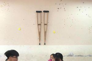 Nữ sinh gãy chân còn bị bạn bè treo nạng lên tường: Trò đùa hay chơi dại?