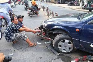 Tiền Giang: Ôtô dính chặt vào dải phân cách