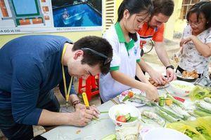 Sinh viên Việt - Canada làm đồ chơi cho trẻ, sửa điện cho dân