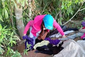 Bức xúc nhóm phụ nữ xin quần áo từ thiện rồi chọn đồ đẹp để bán