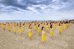Trình diễn flashmob bikini ở biển Đà Nẵng