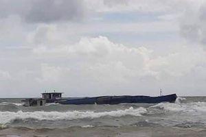 Cứu 3 thuyền viên trên sà lan chở đá bị chìm ở biển Phú Quốc