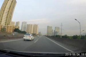 Xe ô tô đi lùi bất chấp nguy hiểm trên đường vành đai 3