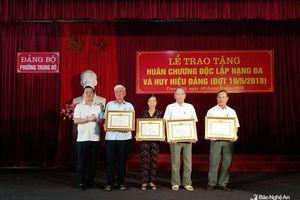 Trao Huân chương Độc lập hạng Ba và Huy hiệu Đảng tại thành phố Vinh