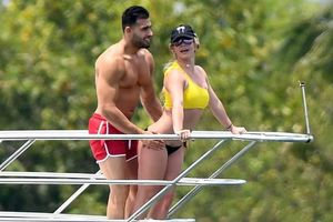 Britney Spears nóng bỏng và ngọt ngào, tái hiện cảnh phim Titanic với bạn trai kém tuổi