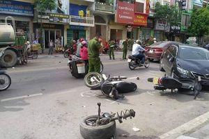 Tai nạn liên hoàn ở Hạ Long, xế hộp văng bánh, 2 người bị thương