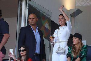 Bạn gái xinh đẹp mặc jumpsuit kín đáo ngồi trên khán đài cổ vũ Ronaldo