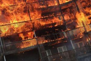 Hỏa hoạn bùng phát ở chung cư London, 20 căn hộ bị thiêu rụi