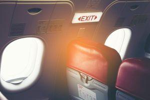 Hành khách mở cửa thoát hiểm máy bay vì nhầm là cửa nhà vệ sinh