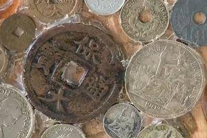 Người đàn ông miền Tây mang tiền mới đổi lấy tiền 'cũ'