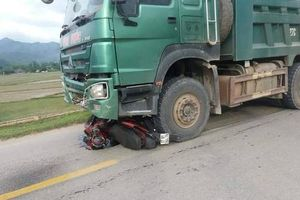 Điện Biên: Va chạm với xe tải 2 mẹ con thương vong