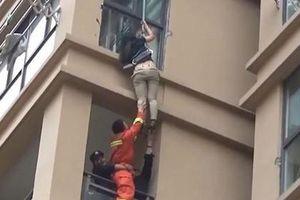 Giải cứu cô gái trèo ra cửa sổ tầng 6 trốn bạn trai vũ phu