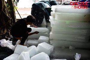 Cận cảnh xưởng sản xuất 4000 cây đá mỗi ngày phục vụ ướp vải thiều