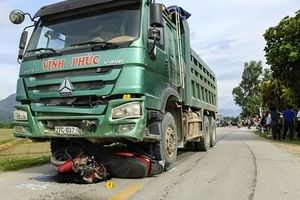 Xe tải lấn làn cuốn xe máy vào gầm khiến 2 mẹ con thương vong tại Điện Biên