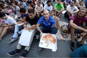Rome: Cấm du khách cởi trần, ăn uống bừa bãi và lắp ổ khóa tình yêu
