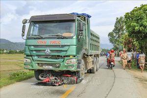 Xe máy bị cuốn vào gầm đầu xe tải làm hai mẹ con thương vong