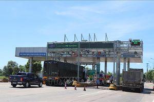 Hàng trăm xe bám đuôi nhau vượt trạm thu phí không dừng để trốn vé