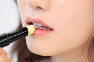 Son dưỡng môi cũng có thể khiến đôi môi nứt nẻ trầm trọng hơn