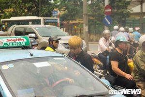 Xe ôm ế ẩm, taxi lên ngôi trong ngày Hà Nội nắng như đổ lửa