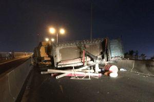 Giao thông ùn ứ kéo dài trên cầu Phú Mỹ vì xe tải lật
