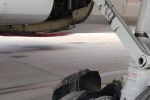 Máy bay Ấn Độ nổ lốp khi hạ cánh khẩn