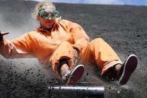 Chỉ 30 USD, trải nghiệm trượt ván tốc độ cao mạo hiểm từ sườn núi lửa