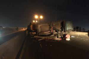 Xe tải lật trên cầu Phú Mỹ, giao thông tê liệt nhiều giờ liền