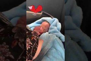 Em bé vừa ra đời đã nắm chặt tay người lớn