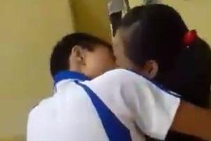 Bắt gặp HS lớp 5 hôn nhau, phụ huynh hóa đá, con bảo 'muốn ngửi mùi cơ thể của nhau'!?