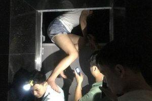 Mất điện, nhiều người mắc kẹt trong thang máy chung cư